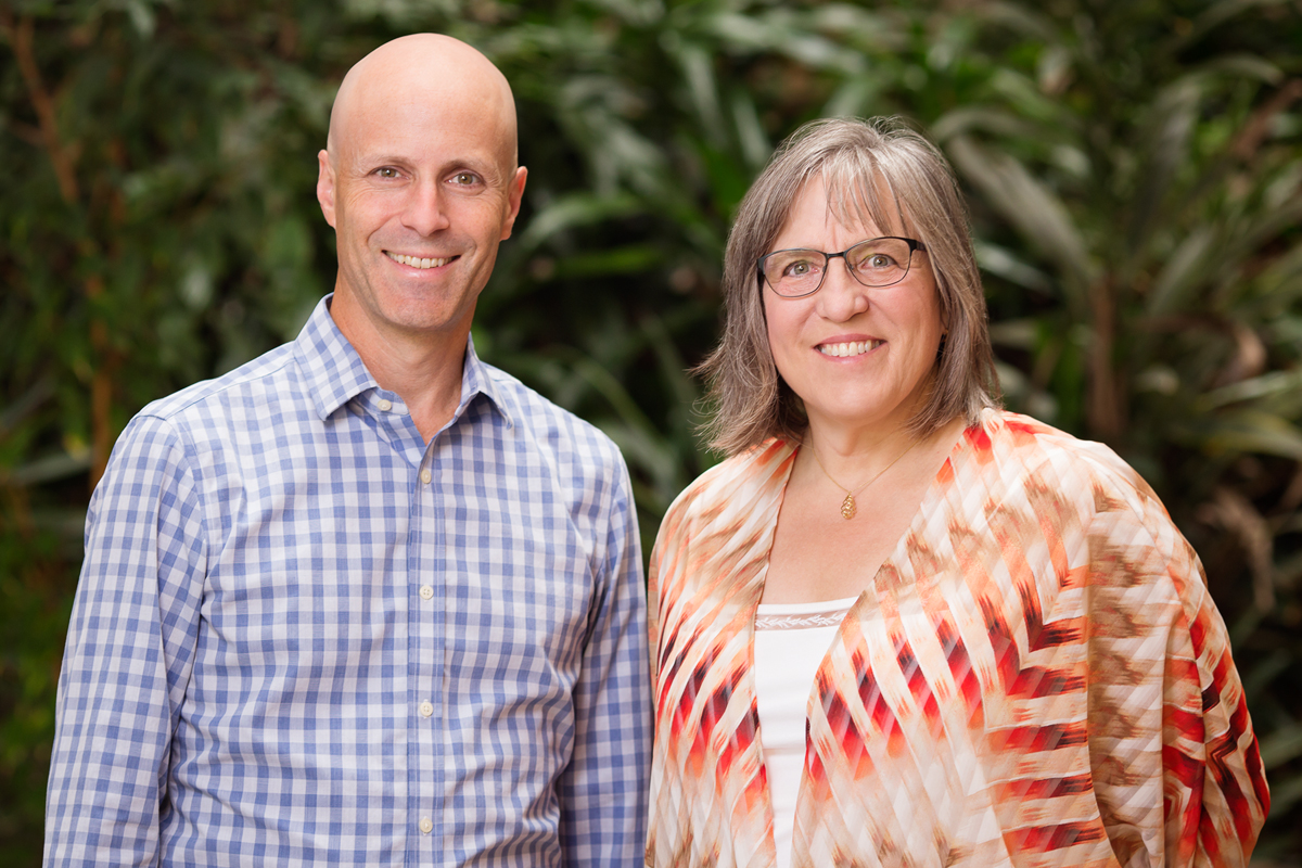 Psychology Professor Dan Simons and educational psychology Professor Liz Stine-Morrow pose for a photo.